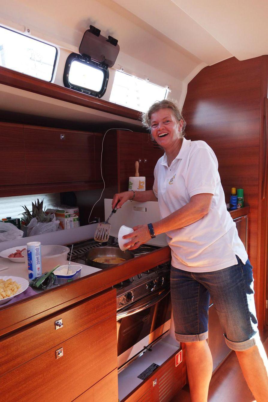 Veneen hella pysyy suorassa, vaikka itse vene olisi kallellaan. Kokkivuorossa oleva Eeva-Liisa Lejon paistaa jokaiselle oman omeletin lounaaksi. Vuokravene on ollut käytössä vasta muutaman kuukauden ajan.