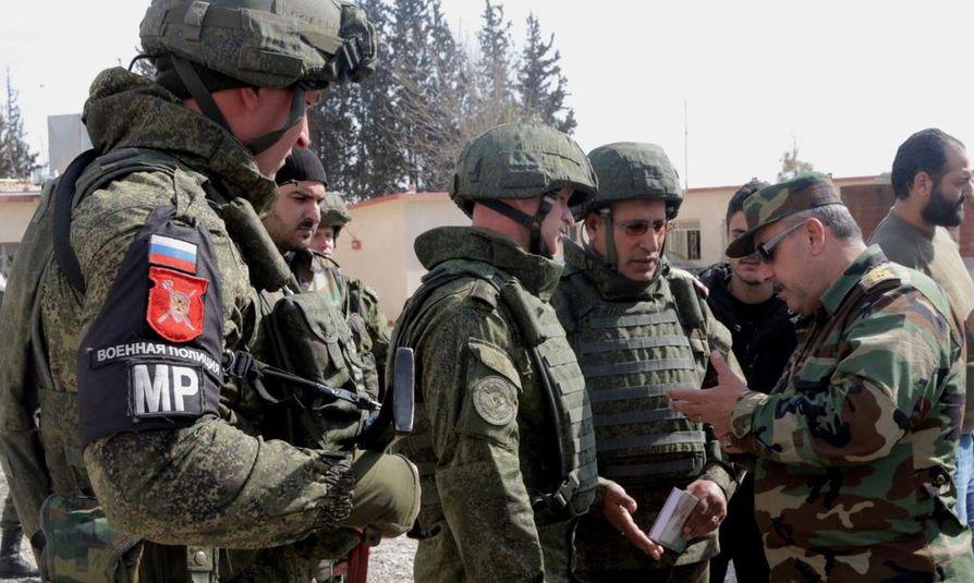 Venäläisiä ja syyrialaisia sotilaita Syyriassa helmikuussa 2018. Venäjän armeijan rinnalla Syyriassa on mediatietojen mukaan taistellut matalalla profiililla myös palkkasotilaita.