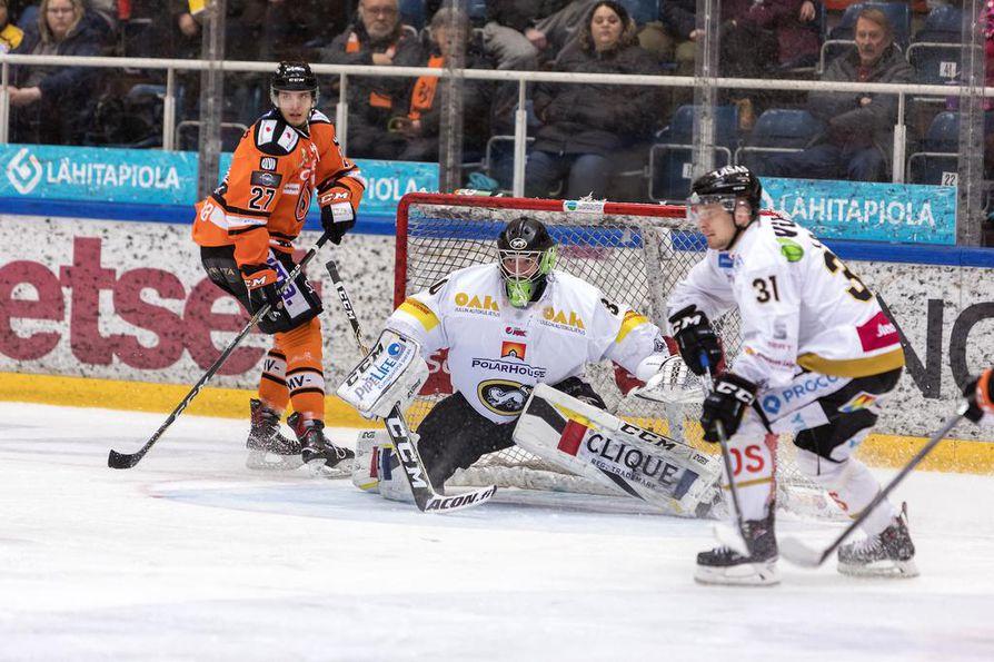 Kärppien 17-vuotias Justus Annunen (kesk.) on ensimmäinen 2000-luvulla syntynyt maalivahti, joka on pelannut Liigassa. Annunen esiintyi pääsarjadebyytissään miehekkäästi.