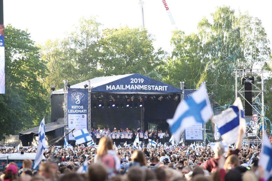 Yleisö hurrasi, kun kultaleijonat saapuivat Kaisaniemen puiston lavalle maanantai-iltana.
