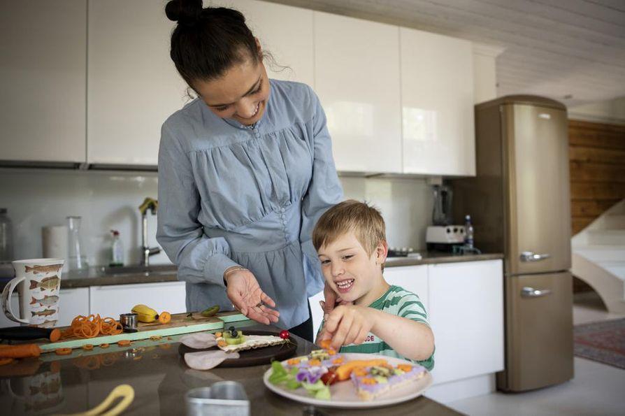 Haakon rakastaa valmistaa hauskoja välipaloja äiti Linda Nybergin kanssa.