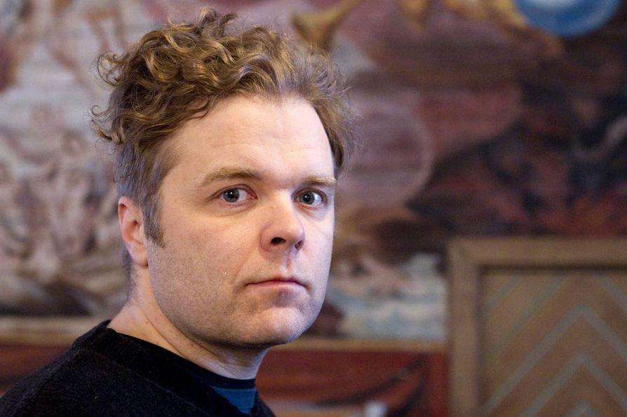 Jukka Takalolta ilmestyi hiljattain tarinoitu laulukirja Jokainen on vähän homo (Nispero).