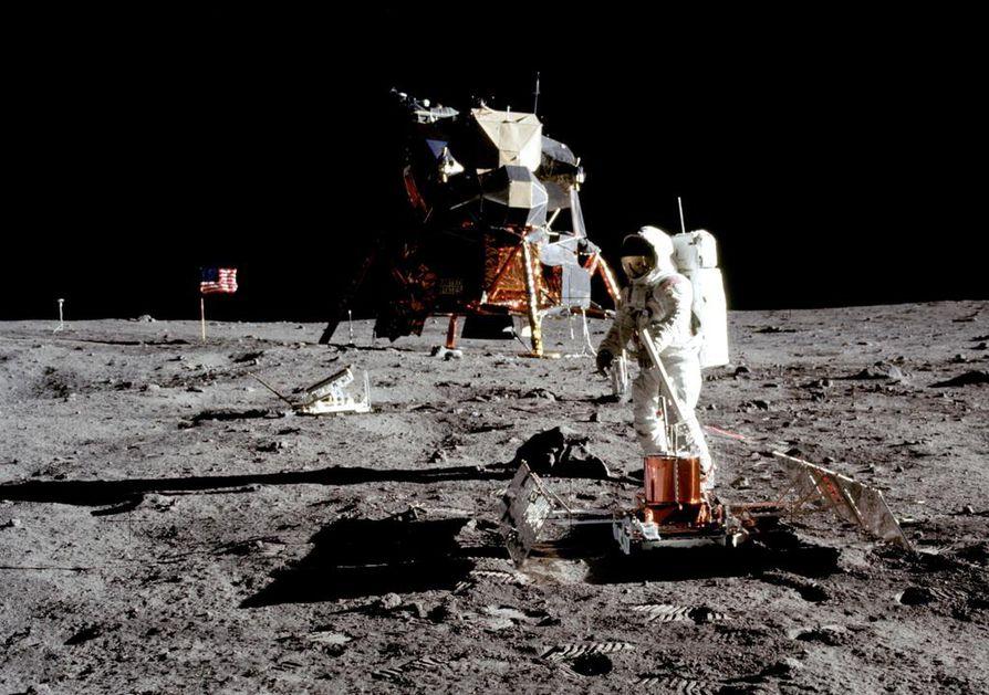 """Tällainen oli Apollon kuumoduuli Lem (Lunar Excursion Module), jota Ulf Nilson kuvaili kammottavaksi esihistorialliseksi hyönteiseksi. Astronautti Neil Armstrongin ottamassa kuvassa on Edwin """"Buzz"""" Aldrin."""