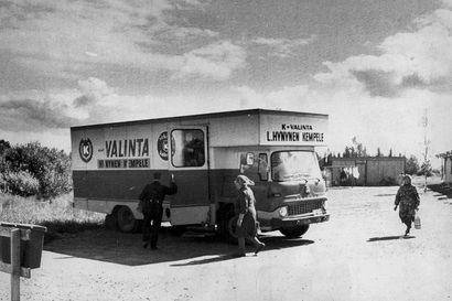 Kalevan vanhat kuvat: Kempeleläisen kaupan myymäläauto houkutteli asiakkaita, kirjastoautoissakin riitti tunnelmaa