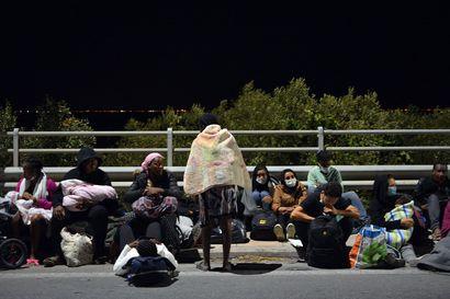 Tuhannet turvapaikanhakijat joutuivat taivasalle – Morian pakolaisleiri tuhoutui yöllisessä tulipalossa