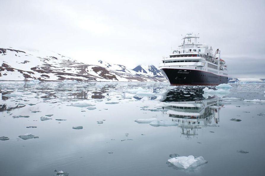 Suomessa nimellä Delfin Clipper valmistunut ja nykyisin Silver Explorerina seilaava alus kulkee tällä hetkellä jossakin Laptevinmerellä. Kyseessä on ensimmäinen länsimainen risteilijä, joka aikoo läpäistä Koillisväylän. Vain venäläinen Shokalskiy ehti edelle vuonna 2015.