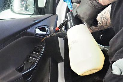 Auton sisäpesu kannattaa nyt, sillä koronavirus voi elää pinnoilla jopa kolme vuorokautta – Katso ammattilaisen vinkit turvalliseen kevätsiivoukseen