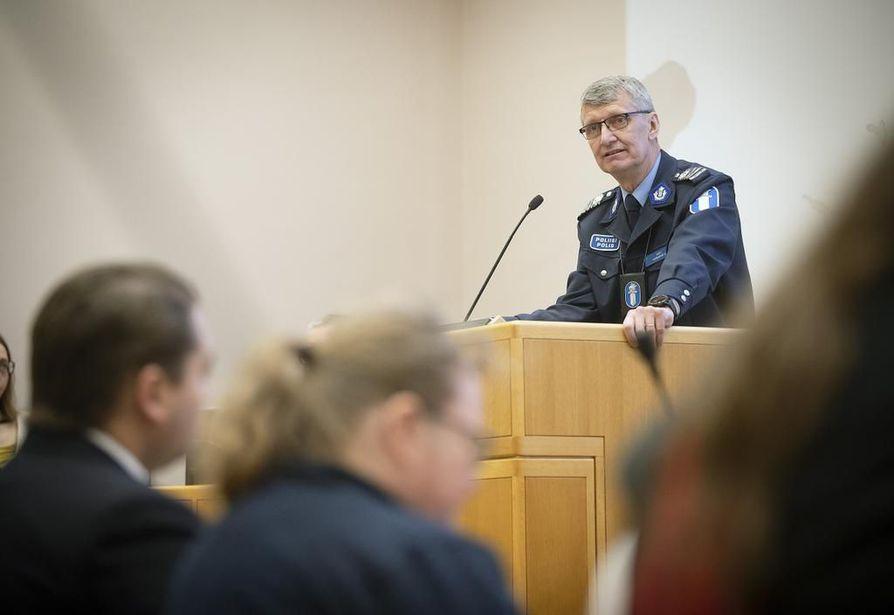Oulun apulaispoliisipäällikkö Arto Karnaranta oli yksi puheenvuoronkäyttäjistä Oulun kaupungin turvallisuusinfossa maanantaina.