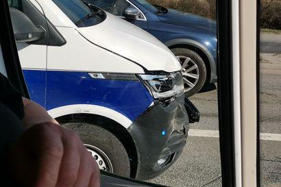 Hälytystehtävälle matkalla ollut poliisiauto törmäsi edellä ajaneen auton perään Muhoksella