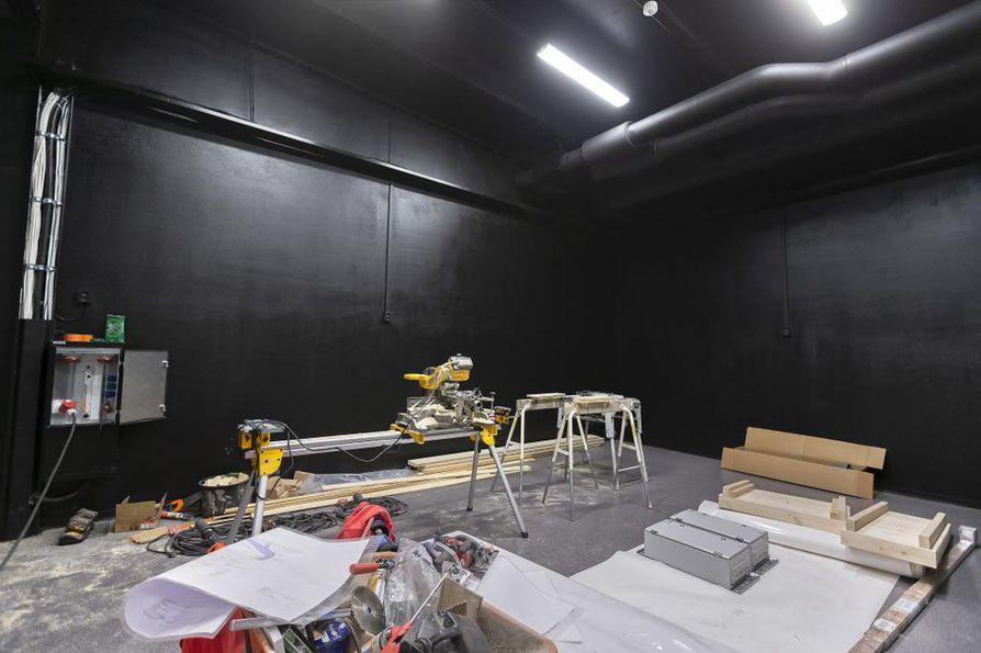 Mustaseinäinen huone on vielä työmaakäytössä. Tulevaisuudessa se toimii teatterin lavastevarastona.