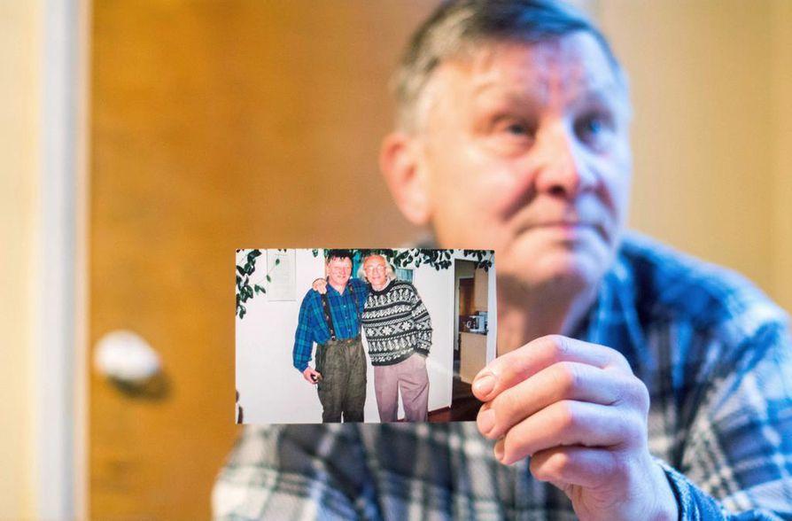 Vuonna 2005 Antti Leivon puhelin soi ja soittaja kysyi, rajamies Leivoa. Saksalais-englantilainen kuvausryhmä oli Kuusamossa tekemässä Tie vapauteen -dokumenttia yhdestä mukana olleesta loikkarista, Alexander Shatravkasta.