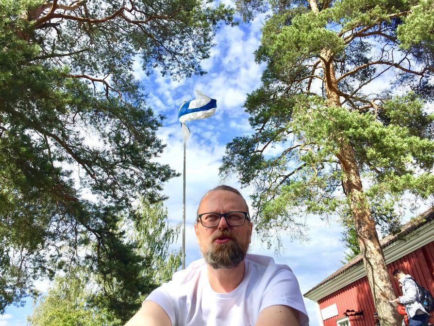Antti Paalanen esiintyy yhden miehen haitariorkesterillaan Kaustisen päälavalla puolen yön aikaan.
