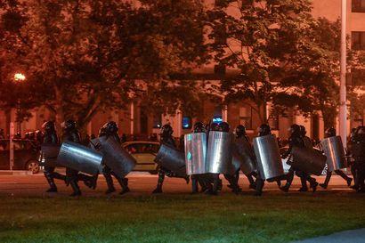 Yksi ihminen on kuollut Valko-Venäjän protesteissa, vahvistaa poliisi