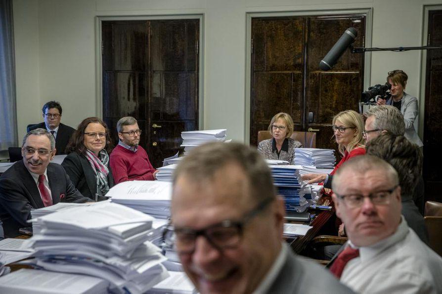 Eduskunnan perustuslakivaliokunta kokoontui tärkeään istuntoon maanantaina puolilta päivin.