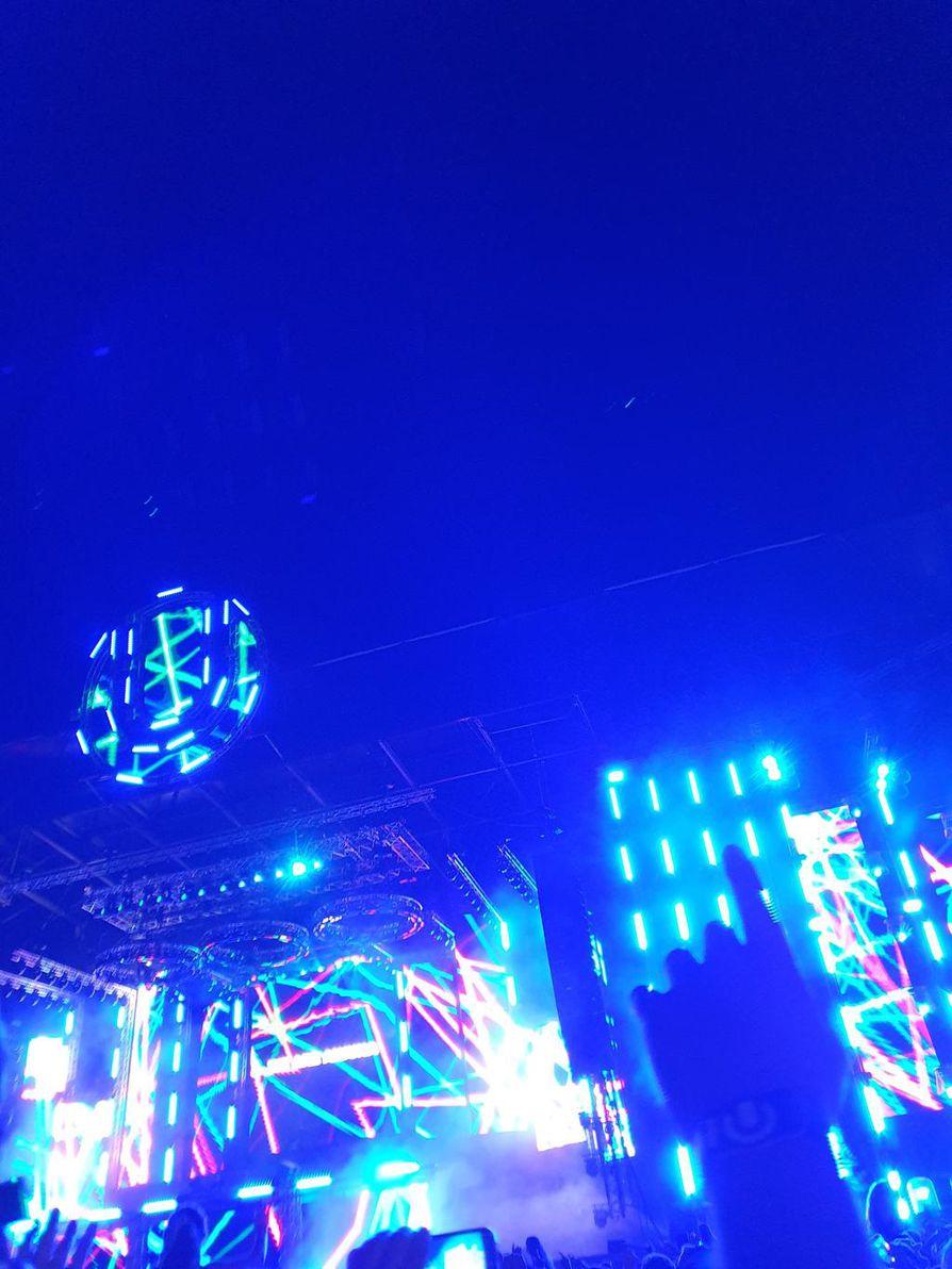 Iltaisin ja öisin 120 000 muun kävijän kanssa elektronisen tanssimusiikin Ultra Europe -festareilla.