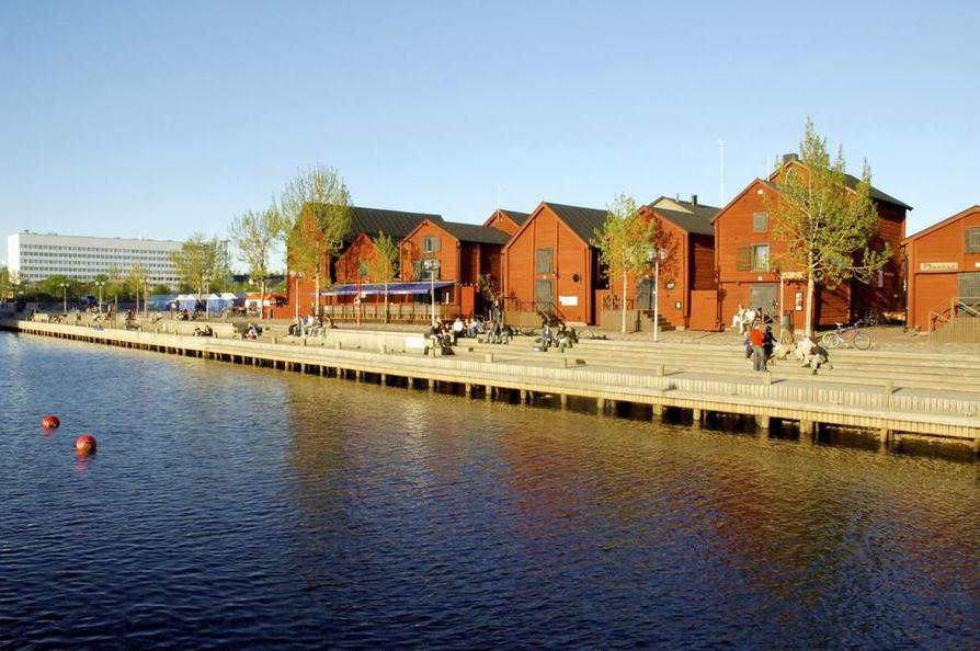 Mies joutui veden varaan Oulun torinrannassa lauantai-iltapäivänä.