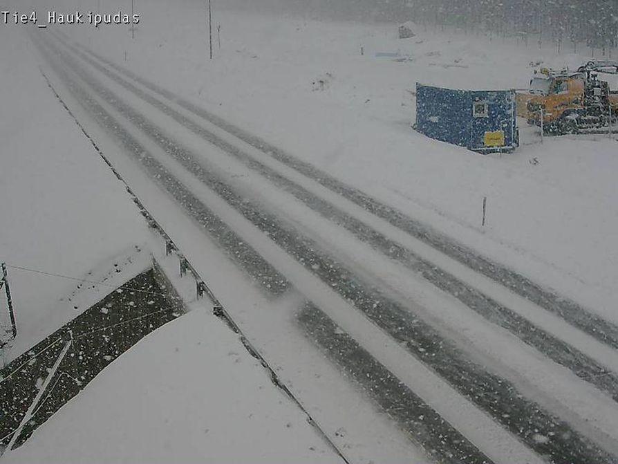 Tieliikennekeskus varoittaa huonosta ajokelistä Pohjois-Pohjanmaan länsiosissa. Myös Pohjantie on luminen.