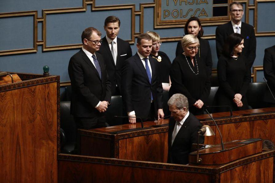 Tasavallan presidentti Sauli Niinistö saapui valtiopäivien avajaisiin. Juha Sipilän toimitusministeristö oli ministeriaitiossa lukuunottamatta eduskunnasta pudonneen hallituspuolue sinisten ministereitä.