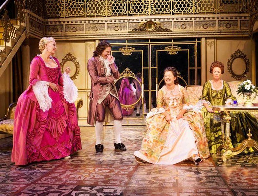 Esitys Valheet ja viettelijät on kaunis päältä, mutta tekstiltään ohut. Kuvassa Markiisitar de Merteuil (Merja Larivaara), Kreivi de Valmont (Kari-Pekka Toivonen), ilopilleri Cécile de Volanges (Aksa Korttila) ja Madame de Volanges (Anne Syysmaa).
