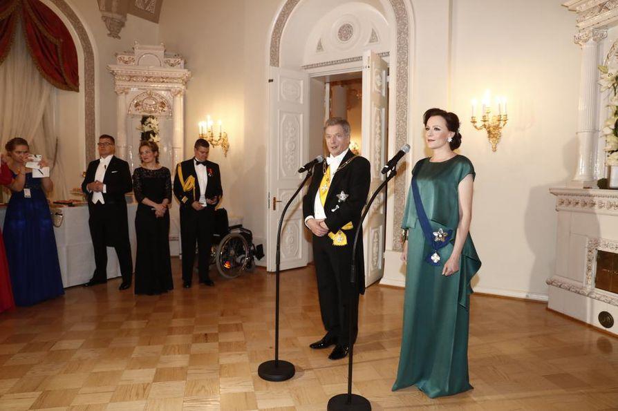 Viime vuonna Linnan juhlissa näkyi Suomen 100-juhlat. Juhlien aikaan raskaana olleen Jenni Haukion smaragdinvihreän puvun oli suunnittelut Heidi Karjalainen. Karjalainen valittiin viime vuonna Vuoden nuori -suunnittelijaksi.