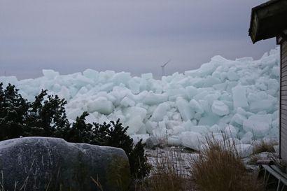"""Tammikuinen lounaismyrsky puski jäätä mereltä kivikolle jopa viiden metrin kasoihin – """"Se on mahtava luonnon näytelmä"""""""