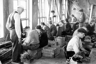 Kierinkiläissepän perustamasta pajasta kasvoi maan suurin puukkotehdas – katso historialliset kuvat lappilaisklassikon 90-vuotiaasta taipaleesta