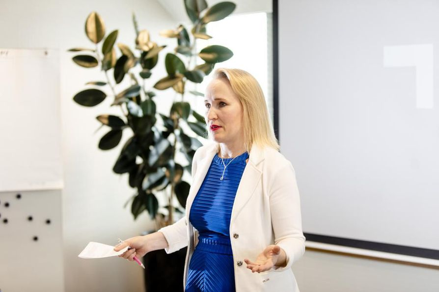 Teknologiateollisuuden työmarkkinajohtaja Minna Helle sanoo, että Teknologiateollisuuden tärkein tavoite on kustannuskilpailukyvyn parantaminen.