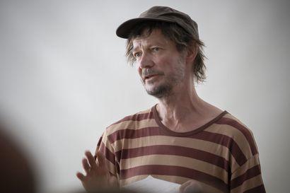 Finlandia-palkittu kirjailija ja ohjaaja Juha Hurme opettaa Limingan taidekoulun uudella teatterilinjalla