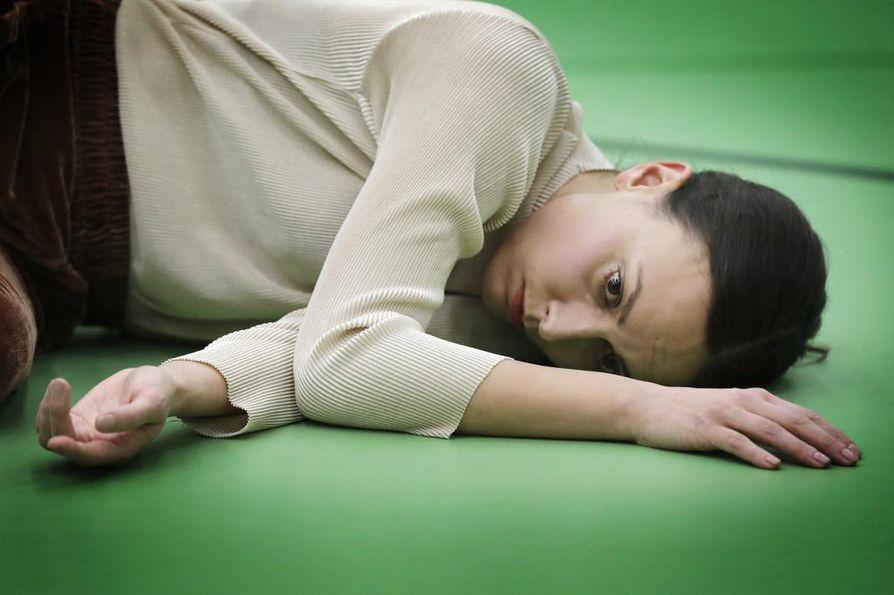 """""""Suru on tietynlaista käpertymistä, ja sitä me on tässä tanssiteoksessa kuvattu"""", tanssija Tuuli Jussila sanoo."""