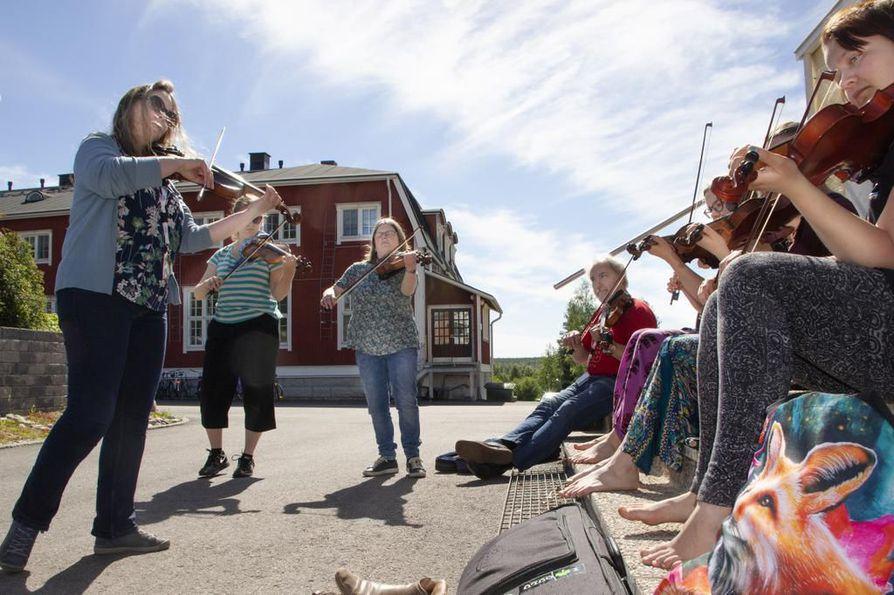 Irlantilaisen musiikin taitajat ovat olleet vakiovieraita Haapaveden kursseilla alusta saakka. Viime kesänä opettajiin kuului Niamh Ní Charran (vas.). Hänen uraansa mahtuu muun muassa neljä soololevyä ja kahdeksan vuotta Riverdancen solistina.