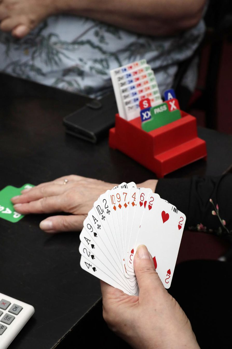 Bridgessä 52 kortin pakka jaetaan neljälle pelaajalle. Kaikilla on siis aluksi 13 korttia.