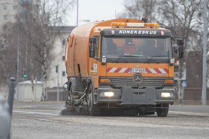 Katso vaihtokuva: Raahen keskustassa katujen puhdistaminen katupölystä on jo aloitettu, mutta Lampinsaaressa kaduilla on täysi talvi