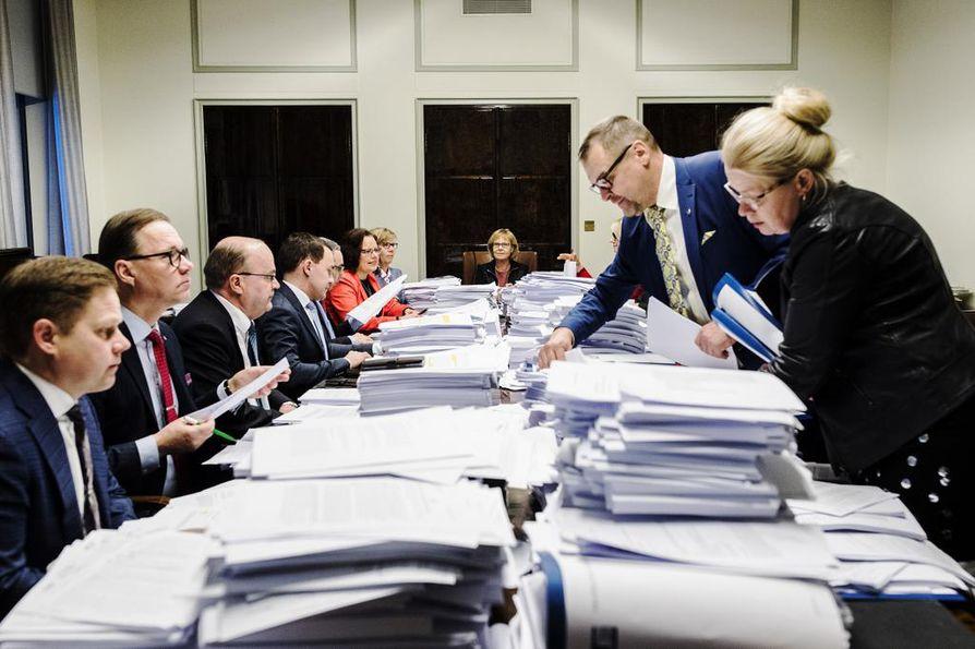 Perustuslakivaliokunta ei ole saanut vielä paperikasoja käsiteltyä pöydältään.