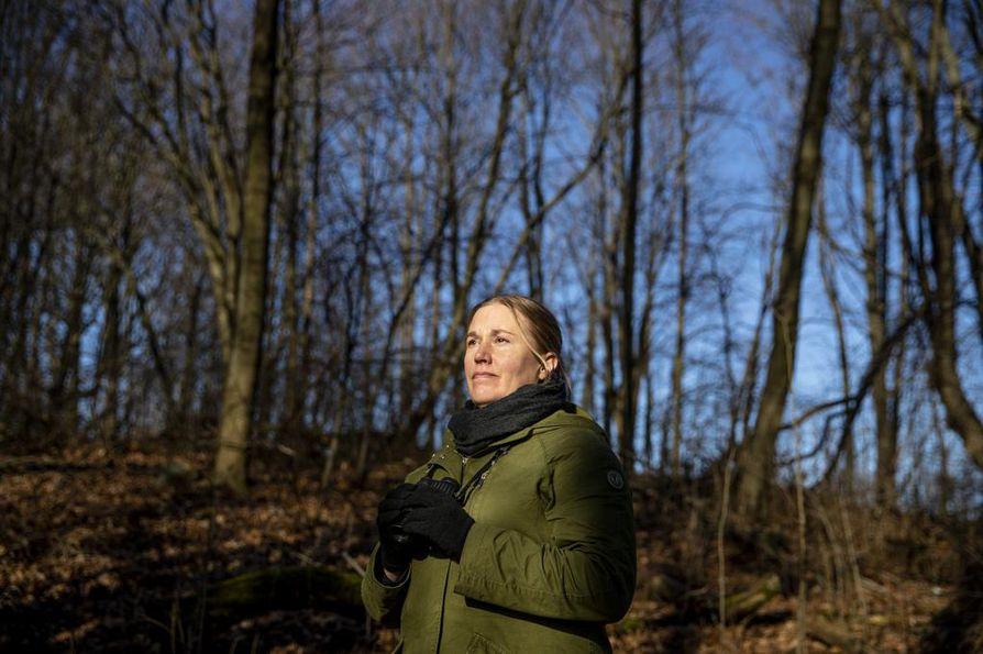 Biologi ja vapaa toimittaja Mari Pihlajaniemi muistuttaa, että ilmastonmuutos tekee lopulta saman muille eläville kuin parhaillaan linnuille: ilmastopakolaisuus lisääntyy. Pihlajaniemi seuraa lintuja ja niiden käyttäytymistä muun muassa Helsingin Viikissä Vanhankaupunginlahden suojelualueella.