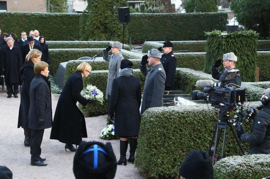 Eduskunnan puolesta kukat laskivat puhemies Paula Risikko ja Varapuhemiehet Mauri Pekkarinen ja Tuula Haatainen.