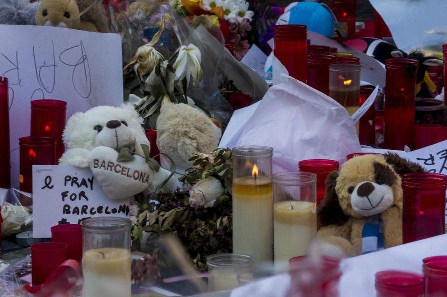 Ihmiset ovat jättäneet kynttilöitä ja muita muistoesineitä Barcelonan iskupaikoille.