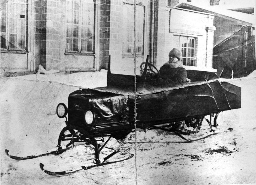 Oskari Pohjola kävi esittelemässä vuonna 1924 suunnittelemaansa ja valmistamaansa lumiautoa Helsingissä asti.