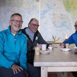 """""""Vaimo ihmettelee, että pitääkö sun taas lähteä Makea ja Ekiä moikkaamaan"""" – Yli 60 vuotta yhteisiä kujeita harrastaneet kaverukset kokoontuivat Kuusamossa"""