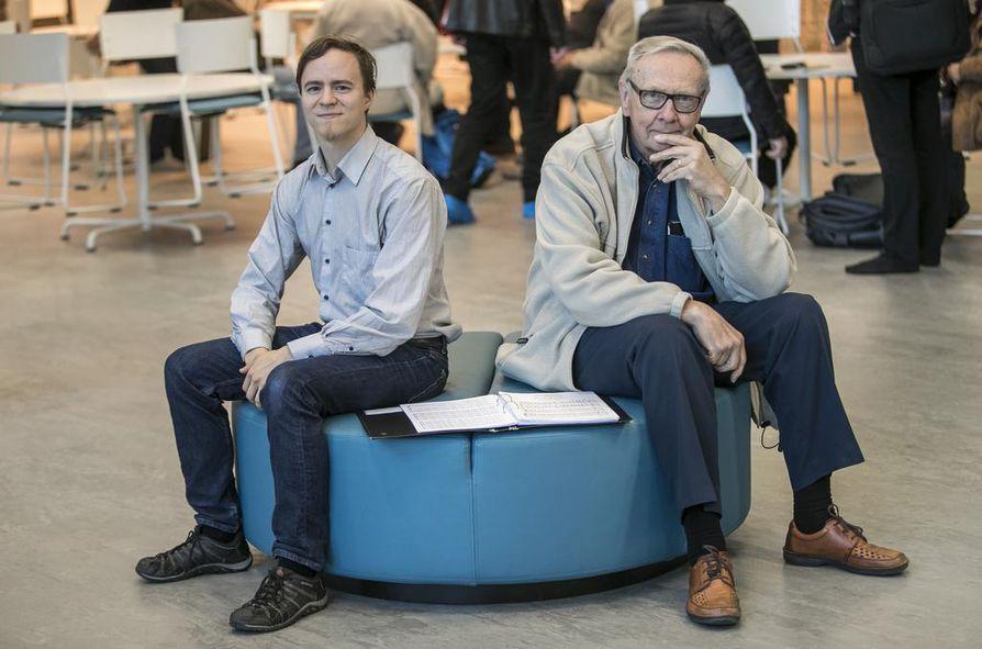 Kun ollaan saman asian äärellä, iällä ei ole merkitystä, sanovat Pohjan Laulussa 3 ja 55 vuotta laulaneet Mikael Sipilä (vas.) ja Matti Heikkinen.