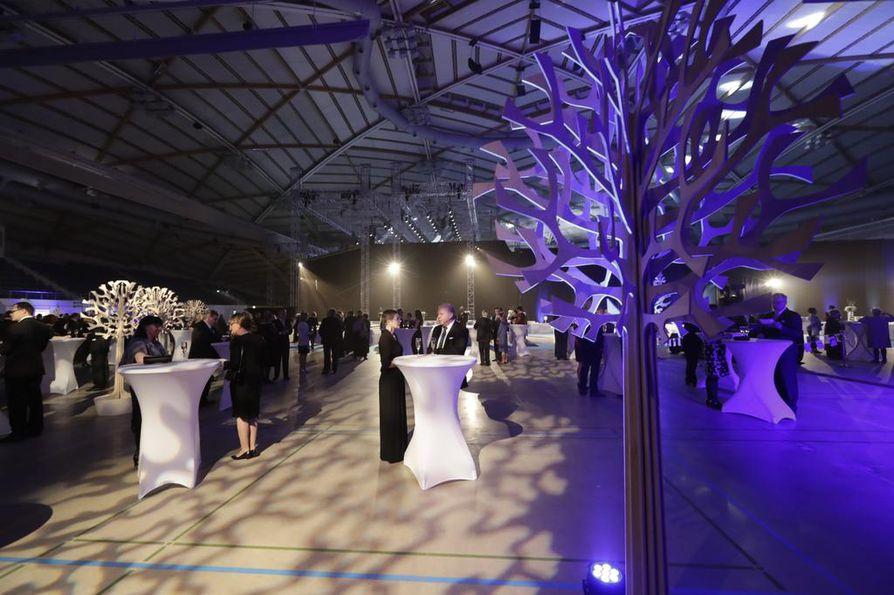 Illansuussa juhlaväki saapui hiljalleen sisään juhlailmeen saaneeseen Ouluhalliin.