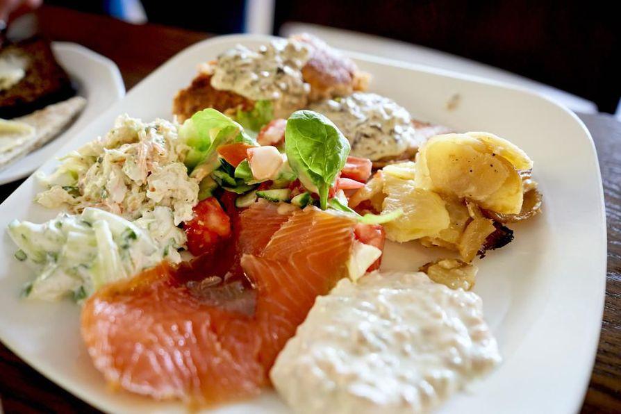 Vihiluodon Kalan brunssilla tarjoillaan muun muassa loimulohta ja sienikastiketta, nieriää, kermaperunoita, majoneespohjaisia salaatteja, graavattua ja kylmäsavustettua lohta.