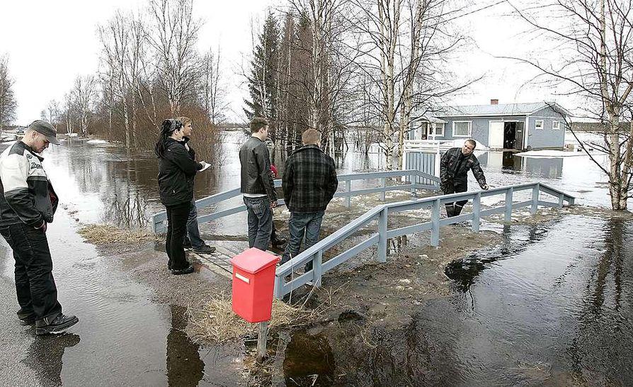 Tyrnäväjokeen laskeva Leppioja tulvi tiistai-iltapäivänä tielle ja asuinrakennusten pihoille.