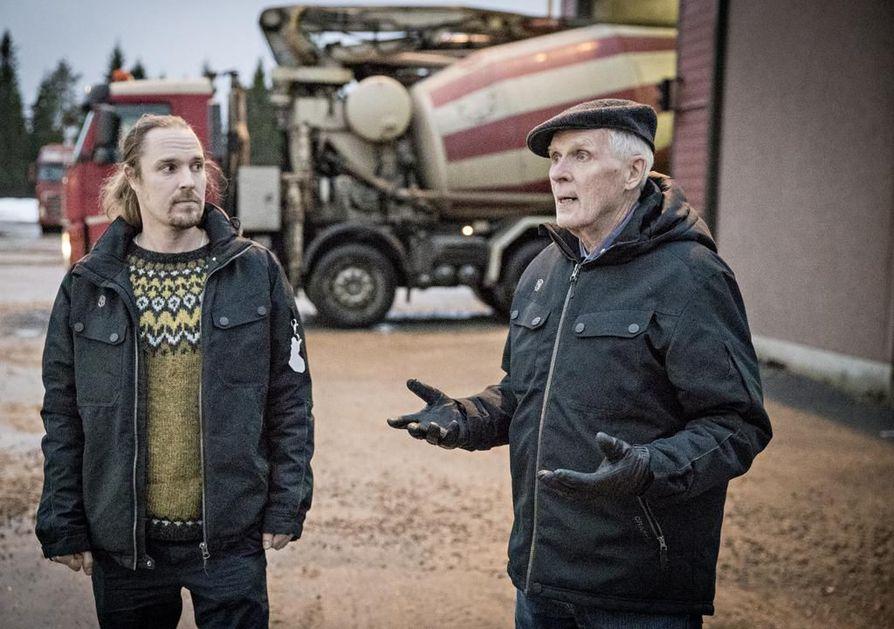 Ruskon Betonin Risto (vas.) ja Martti Väänänen yrityksen betoniasemalla Oulun Piuhatiellä. – Pyhäjoen projektissa tilanteemme on hankala, koska odotukset ison investoinnin tuotosta siirtyvät koko ajan eteenpäin, Väänäset harmittelevat.