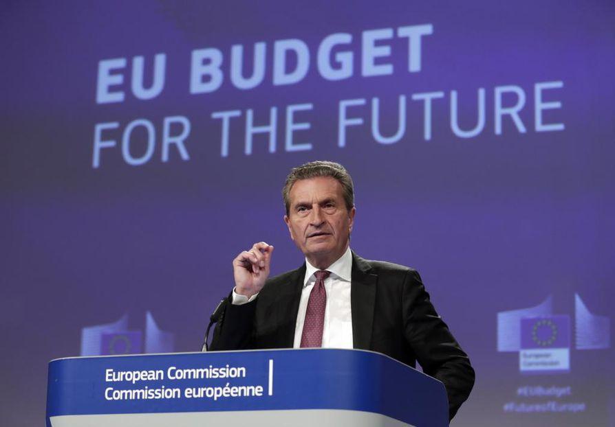 EU:n rahoituksesta tulevalle seitsemälle vuodelle haetaan Suomen kaudella kompromissia. Unionin budjettikomissaari Günther Oettinger puhui Brysselissä 13. kesäkuuta.