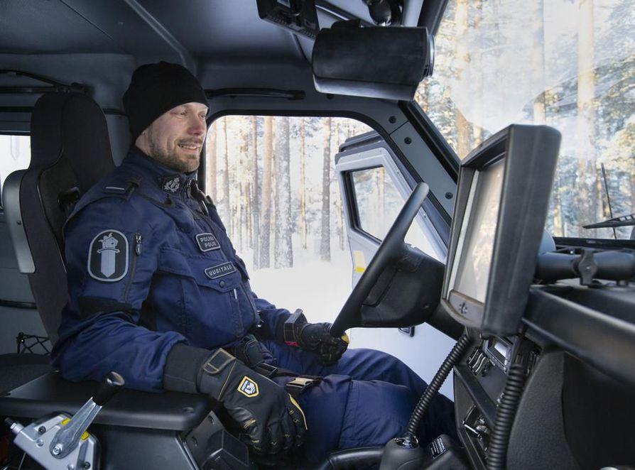 Panssaroidussa poliisiautossa on poliisin hälytysajoneuvojen normaali tekninen varustus. Vanhempi konstaapeli Toni Uusitalo Oulun poliisilaitokselta kertoo, että näkyvyys autosta on hieman erilainen.