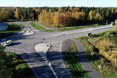 Tuulimyllyjen kuljetus Raahen satamasta Polusjärvelle.