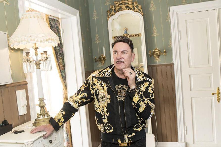 Markku Ellalan palatsin kuninkaallinen tunnelma alkaa jo suuresta eteishallista.