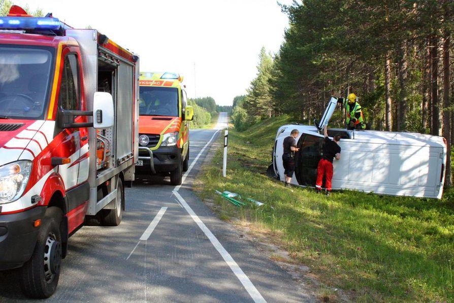 Auto suistui tieltä Kuusamon Vasaraperällä yritettyään väistää poroa.