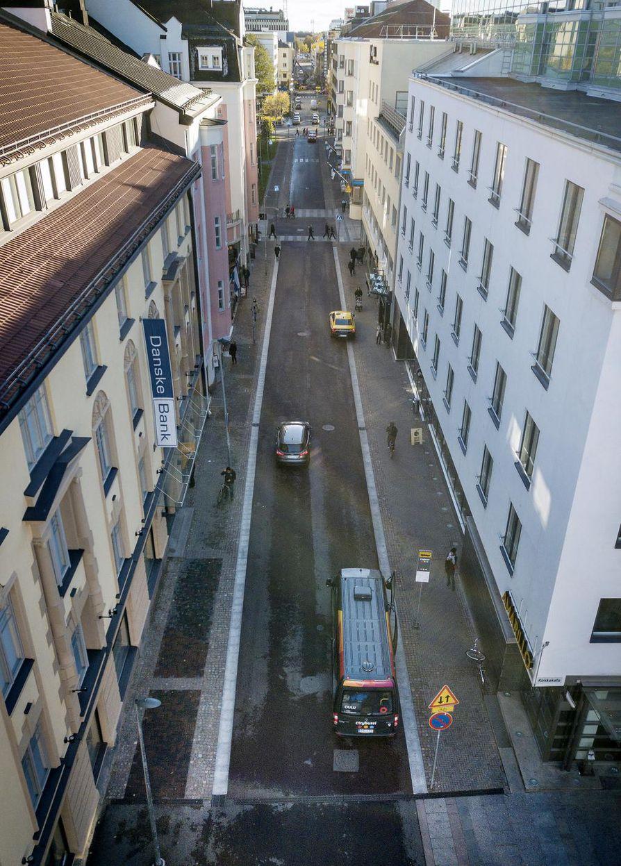 Pakkahuoneenkatu on edelleen käytännössä kaksisuuntainen katu, mutta vain pyöräilijöille. Autoilijoille katu on yksisuuntainen. Auto voi liikkua Pakkahuoneenkadulla ainoastaan Uudenkadun suuntaan.