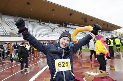Sateisen Terwamaratonin maalissa oli monta voittajaa – yksi heistä on elämänsä ensimmäisellä maratonillaan kymmenenneksi juossut Jessika Raudaskoski